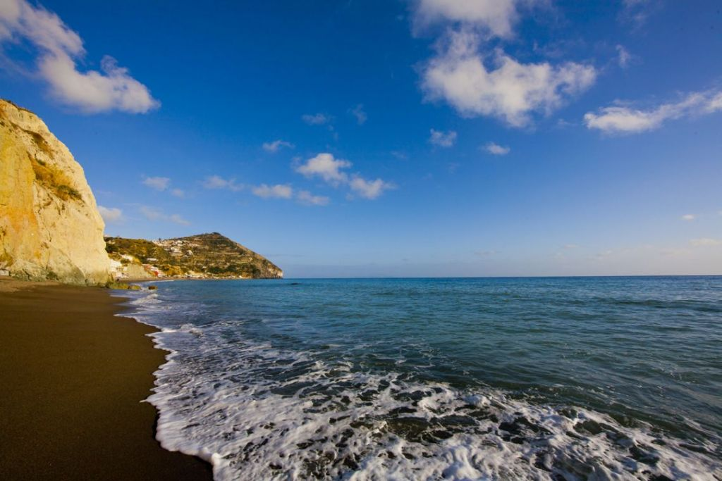 i maronti di barano d'ischia la spiaggia più grande dell'isola
