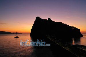 Castello Aragonese Fotografato all'alba - Rosso Fuoco