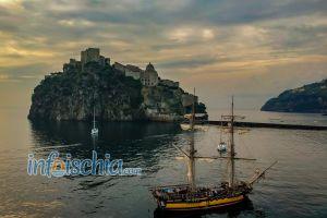 Bellissima foto del Castello Aragonese con un veliero storico