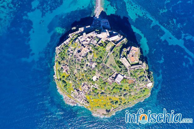Il Castello Aragonese fotografato con il drone