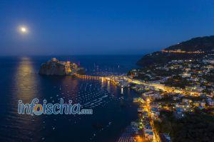 Castello Aragonese e Luna Piena