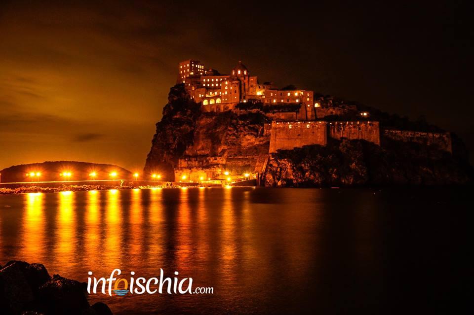 "Castello Aragonese ""finestre sospese di notte"""