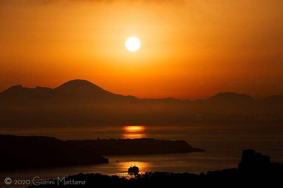 Ischia la meraviglia dell'alba ai tempi del Coronavirus