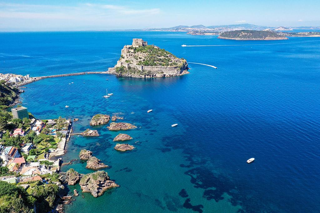 Prime barche a mare nella baia di Carta Romana