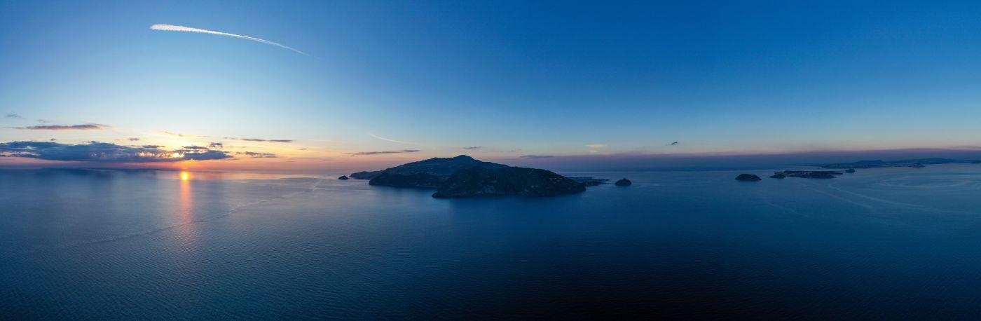 l'isola d'Ischia con il golfo di Napoli, dal tramonto fino a Capomiseno